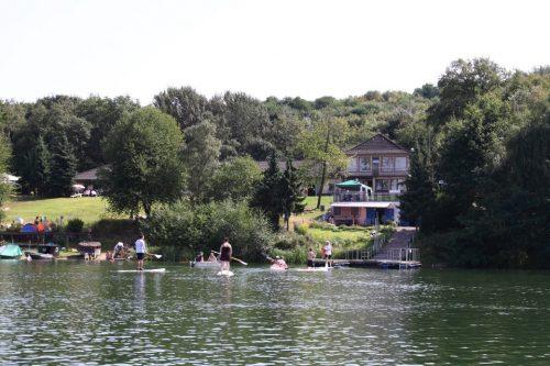 Menschen und Wasserfahrzeuge auf einem See