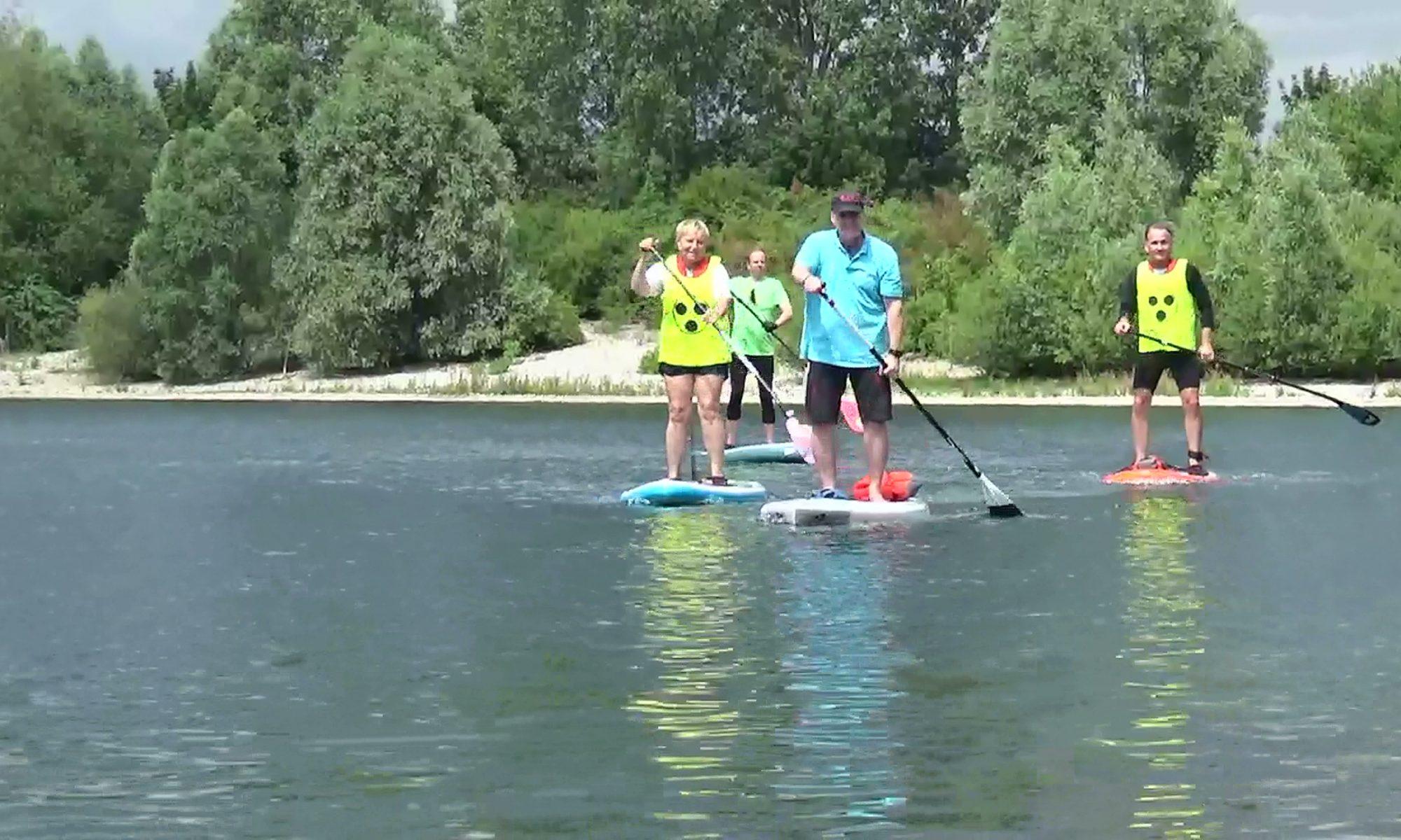 Brigitte Otto-Lange, Dirk Trautmann und Christian Knaup paddeln auf Stand-Up-Boards mit unserem Begleiter Günter Koslowski von Beachline-Xanten auf der Xantener Südsee.